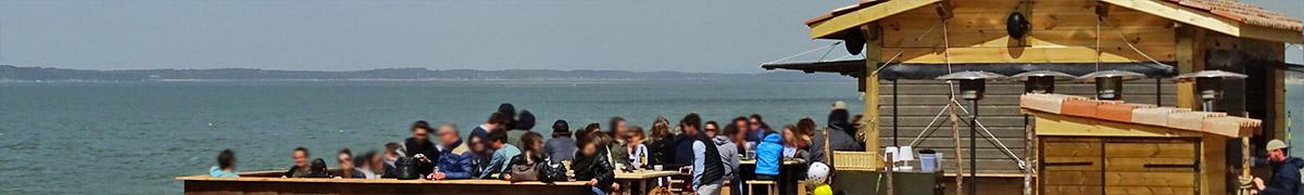 un bar ou un café au bor du bassin au pyla sur mer et au moulleau